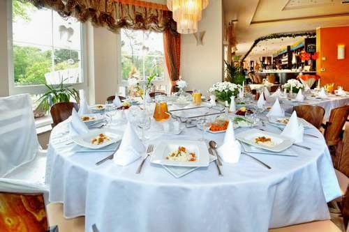 gedeckter Tisch für alle Festlichkeiten und Feiern
